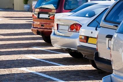 Fila de autos estacionados